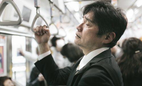 電車で近くにいてほしくないおじさんの特徴6つ