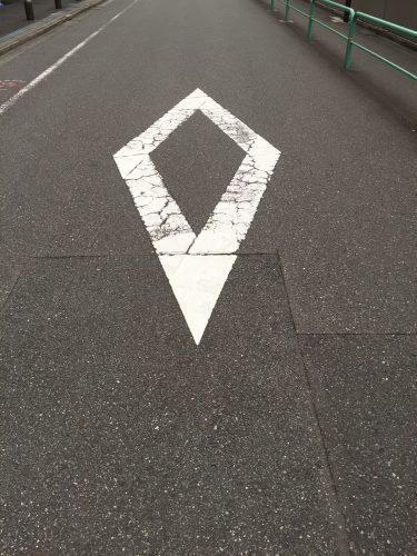 女子ドライバーの8割が不正解!道路の「◇」のマークの意味知ってる?
