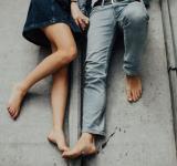 嫉妬しない彼氏の心理。嫉妬深い男性の特徴と嫉妬させるテクニック