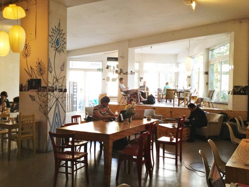 2층의 넓은 공간 이외에도 1층에 자리한 트렌디한 카페가 특징인 베를린을 대표하는 협업 공간, Betahaus