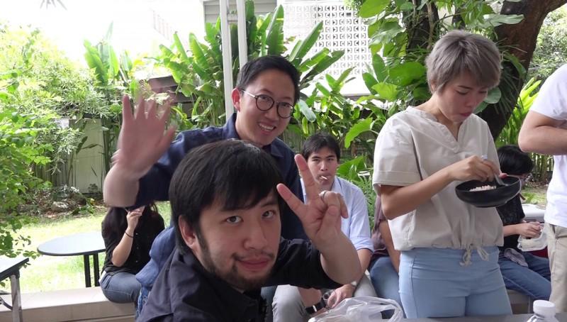 허바 창업자/CEO 아마리트(안경을 쓴 사람)이 허바 멤버들과 함께 점심 시간을 보내고 있다.