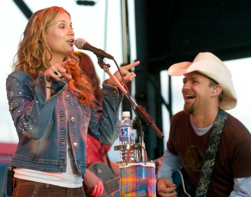 BLOOMFIELD -- Sugarland performs at the Knox County Fair Sunday night, August 14, 2005. DARIN EPPERLY/DAILY NEWS.