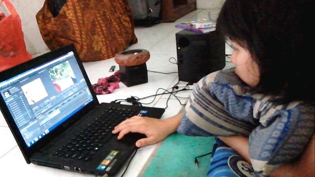 Ageung sedang menyunting karya videonya, Bentang Barat.