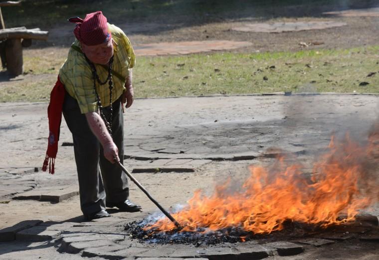 Майя шаман совершает обряд очищения в Гватемале во время празднования 21 декабря концу майя цикла, известного как 13-го бактуна, который знаменует собой начало новой эры майя.  (Johan Ордоньес / AFP / Getty Images)