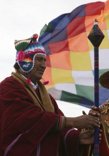 Президент Боливии Эво Моралес принял священный огонь во время церемонии в Intja острова, 46 км от столицы Боливии Ла-Пас, 16 декабря 2012 года.  Церемония состоялась первая из шести дней торжеств по случаю окончания календаря майя 21 декабря, которую некоторые считают, что конец света, но коренные боливийцы рассматривать как изменение времен.  (Gaston Брито / Reuters)