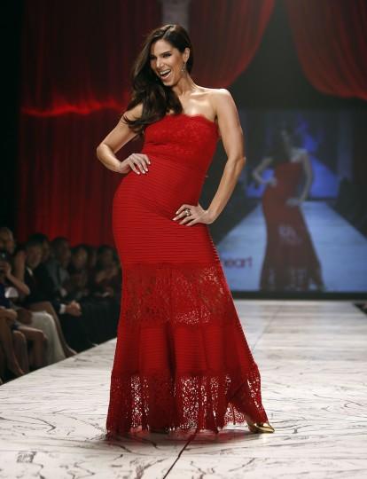 Актриса Розелин Санчес представляет собой создание в течение Heart Truth Red Dress в коллекции показе мод в Нью-Йорке.  (Carlo Allegri / Reuters)