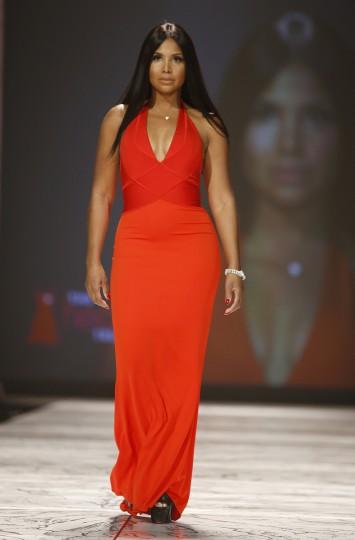 Певица Тони Брэкстон представляет собой создание в красном платье Heart Truth Коллекция показе мод в Нью-Йорке.  (Carlo Allegri / Reuters)
