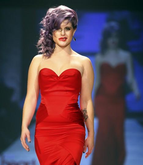Телевизор личности Келли Осборн представляет собой создание в течение Heart Truth Red Dress в коллекции показе мод в Нью-Йорке, 6 февраля.  (Carlo Allegri / Reuters)
