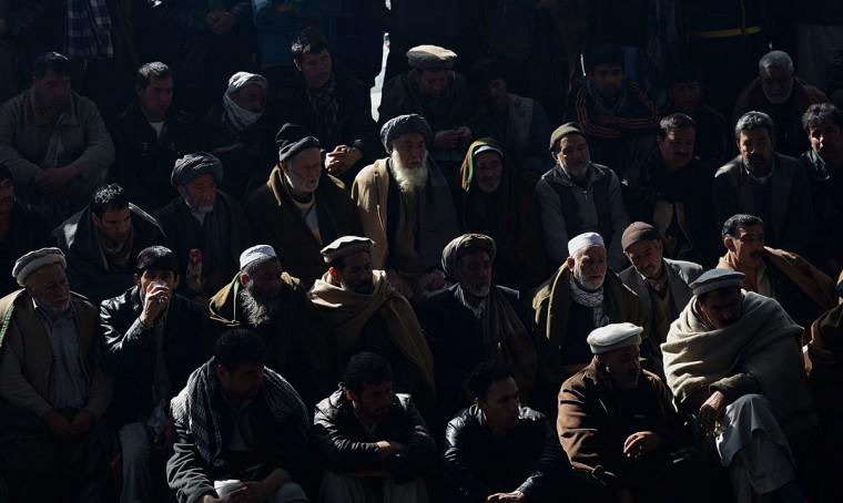 Афганские мужчины посмотреть петушиные бои турнира в Кабуле на 1 марта 2013 года.  (Shah Marai / AFP / Getty Images)