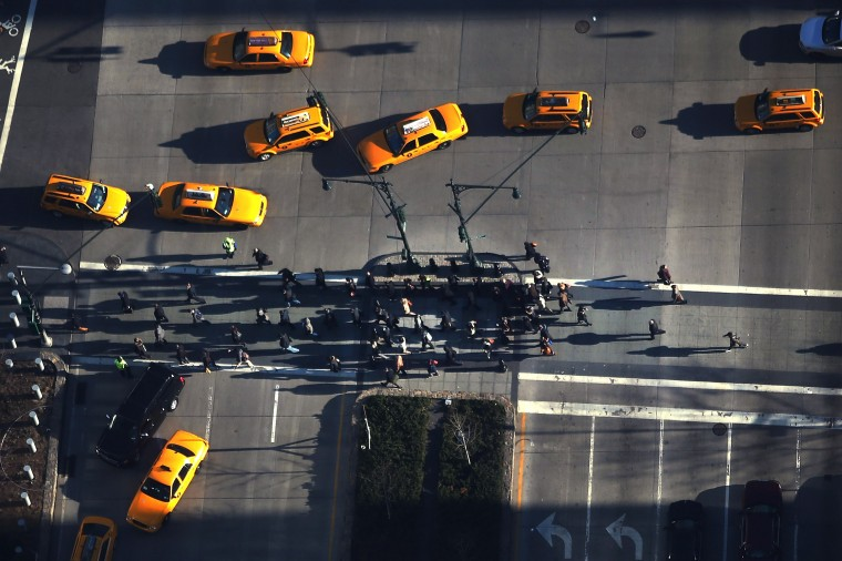 Пешеходов переходить улицу ниже One World Trade Center на Ground Zero сайта. (Спенсер Платт/Getty Images)