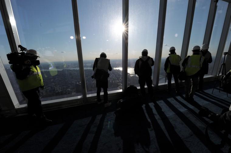 Люди смотрят на мнение, поскольку чиновники из Durst Organization, Легенды, Гостеприимство, ООО и администрация Порта Нью-Йорка и Нью-Джерси предоставит предварительного просмотра, чтобы средства массовой информации. (Stan Hondastan/Getty Images)