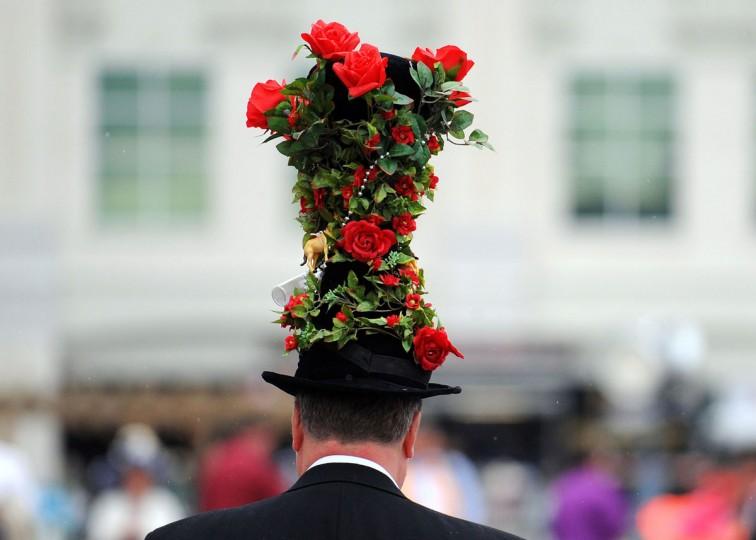 Гонки вентилятор шляпе праздничный принял участие в 139-м управлении в Кентукки Дерби Churchill Downs 4 мая 2013 года в Луисвилле, штат Кентукки.  (Джейми Цена / Getty Images)