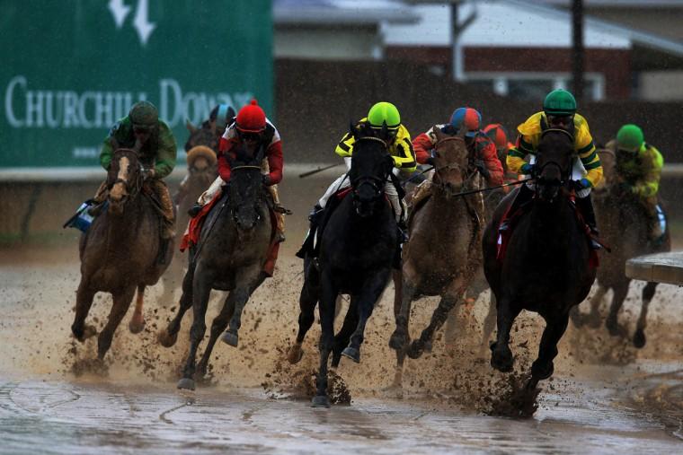 Скаковых лошадей по грязной Backstretch во время гонки андеркарте до 139-м управлении Кентукки Дерби в Черчилл-Даунс в Луисвилле, штат Кентукки.  (Doug Pensinger / Getty Images)
