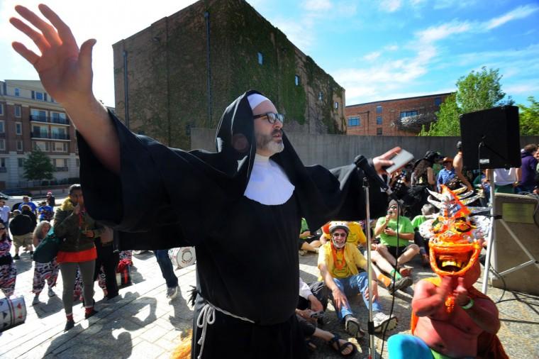 """Джо стены, иначе """"Сестра Oblivion,"""" ведет """"благословение ноги"""" Церемония коробейников до начала 15-й ежегодной гонки кинетические скульптуры.  (Kenneth K. Lam / Baltimore Sun Фото)"""