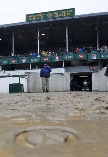 Hoofprint осталось в влажный и грязный трек в качестве зрителей ждать в дожде для функционирования 139-й Кентукки Дерби скачки на ипподроме Черчилль в Луисвилле, штат Кентукки, 4 мая, 2013 года.  (Фото: Мэтт Салливан / Reuters)