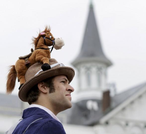 Гонка покровителя Рик Стюарт носит шляпу с игрушечной лошадью расположенный на вершине перед функционирования 139-й Кентукки Дерби на скачках Churchill Downs в Луисвилле, штат Кентукки.  (Иоанн Гресс / Reuters)