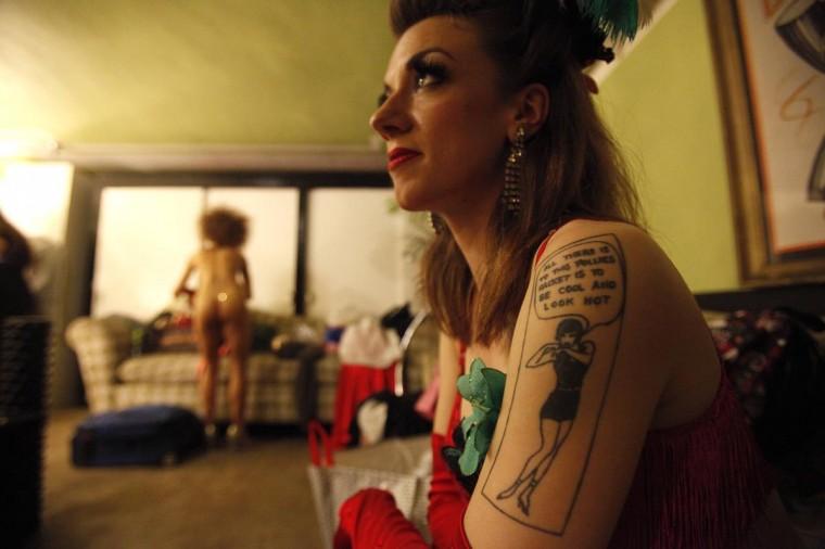 Исполнитель Полли Дерево ждет за кулисами перед шоу Lucha Vavoom как часть Синко де Майо празднования в майя театр в Лос-Анджелесе, Калифорния 5 мая 2013. (Mario Anzuoni / Reuters)