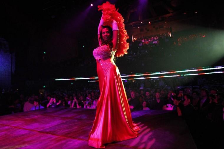 Танцовщица бурлеска Bonita La Belle выполняет во время шоу Lucha Vavoom как часть Синко де Майо празднования в майя театр в Лос-Анджелесе, Калифорния 5 мая 2013. (Mario Anzuoni / Reuters)