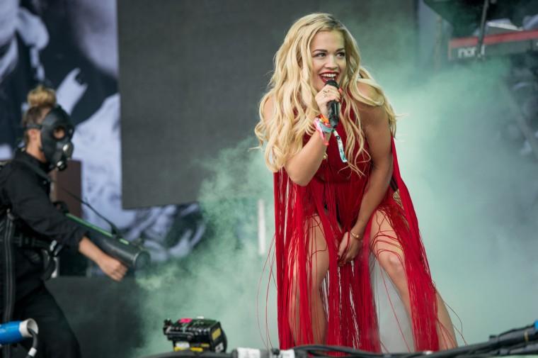 Rita Ora выполняет живут на пирамиды на стадии 2-й день фестиваля Гластонбери 2013 на достойном Farm 28 июня 2013 года в Гластонбери, Англия.  (Ian Gavan / Getty Images)