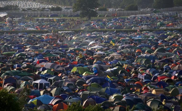 Вид, глядя на кемпинге и музыкальные сцены на первый день фестиваля Гластонбери современного исполнительского искусства Glastonbury рядом, юго-западе Англии 26 июня 2013 года.  Фестиваль привлекает 170000 тусовщики к молочной ферме в Сомерсете, и билеты в этом году были распроданы за два часа поступит в продажу.  The Rolling Stones выступят на фестивале в первый раз в качестве хэдлайнера в субботу ночью.  (Andrew Cowie / Getty Images)