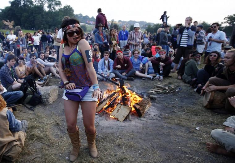 Фестиваль посетитель танцы на барабанах в каменный круг в первый день музыкального фестиваля Гластонбери на достойном Ферма в Сомерсете, 26 июня 2013 года.  (Olivia Harris / Reuters)