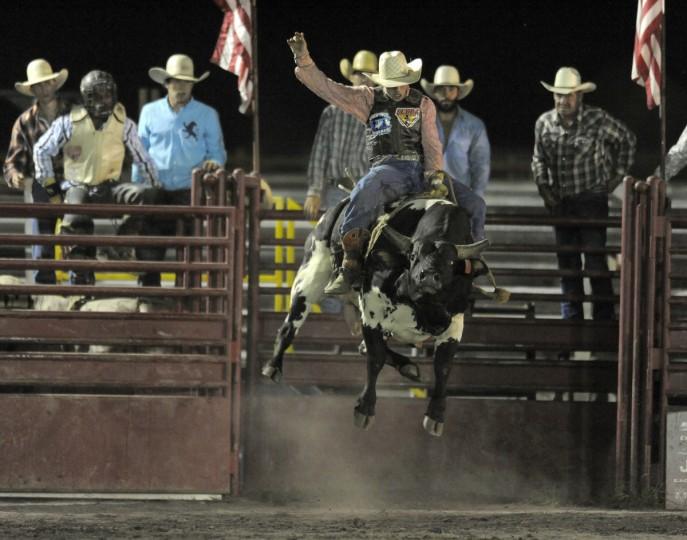 Шейн Stiffler едет на быка во время его поездки выигрышной.  (Lloyd Fox / Baltimore Sun)