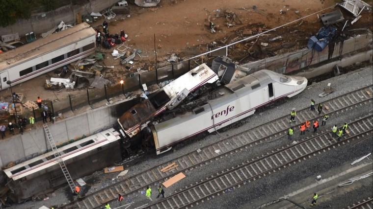 Вид сверху обломков крушения поезда видно вблизи Сантьяго-де-Компостела, северо-западе Испании, в этой неподвижного изображения из видео, 25 июля 2013 года.  Поезд сошел с рельсов за пределами древних северо-западной испанском городе Сантьяго-де-Компостела в среду вечером, погибли по меньшей мере 77 человек и ранено до 131 в одном из худших бедствий Европы железной дороге.  (Stringer / Reuters фото)