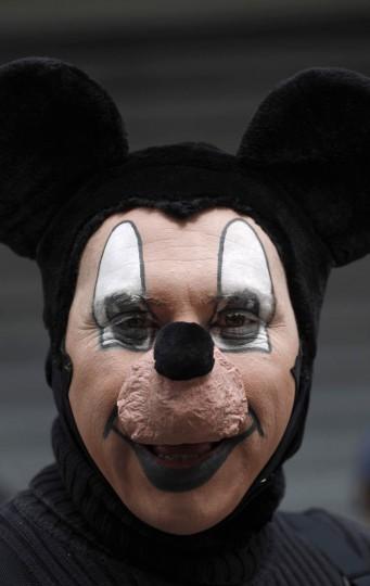 Клоун позирует для снимка во время парада чтобы открыть Конвенцию 5-й ежегодный клоунов в городе Гватемала.  По словам организаторов, Конвенция видит участников, прибывающих из Мексики и Центральной Америки.  (Jorge Dan Lopez / Reuters фото)