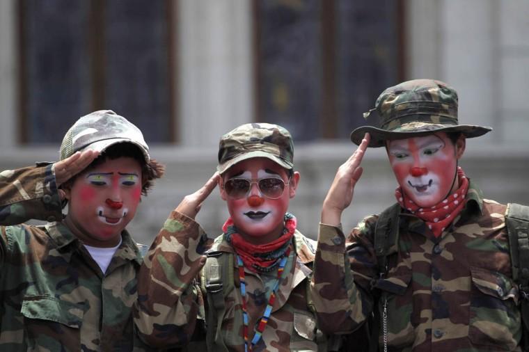 Клоуны одеты, как салют солдат во время парада чтобы открыть Конвенцию 5-й ежегодный клоунов в городе Гватемала.  (Jorge Dan Lopez / Reuters фото)