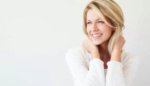 いつも笑顔でいる女性の5つの心理。愛想笑いと本気笑いの見分け方も解説