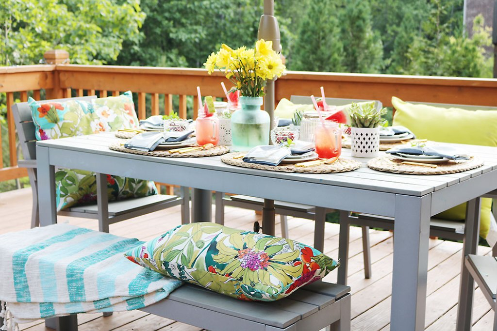backyard-patio-barbecue-table-setting