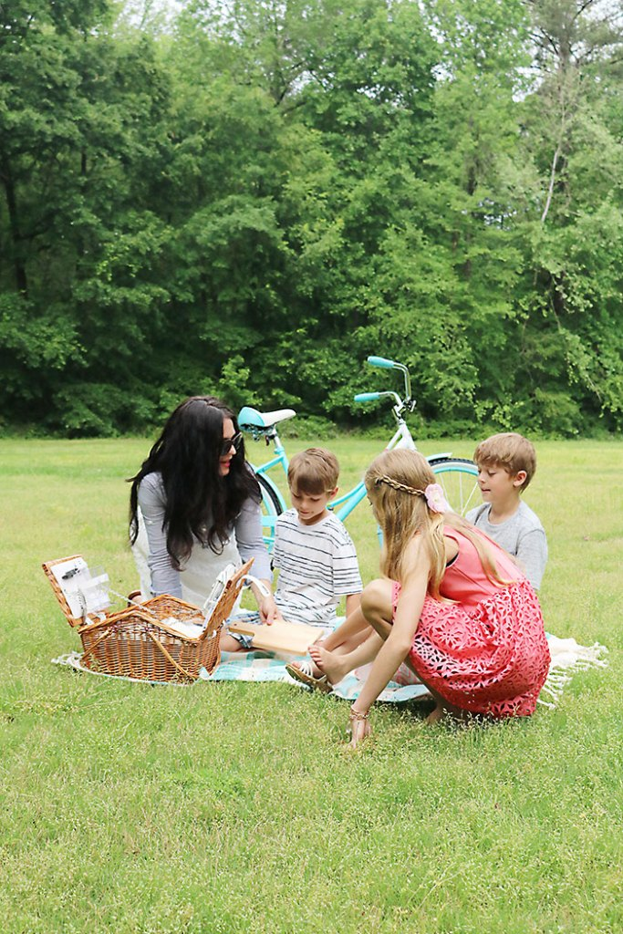 mothers-day-picnic-family, picnic idea, quick picnic idea, picnic for kids, photography family picnic, mother's day, mom, picnic food ideas, picnic outfit for mom and family