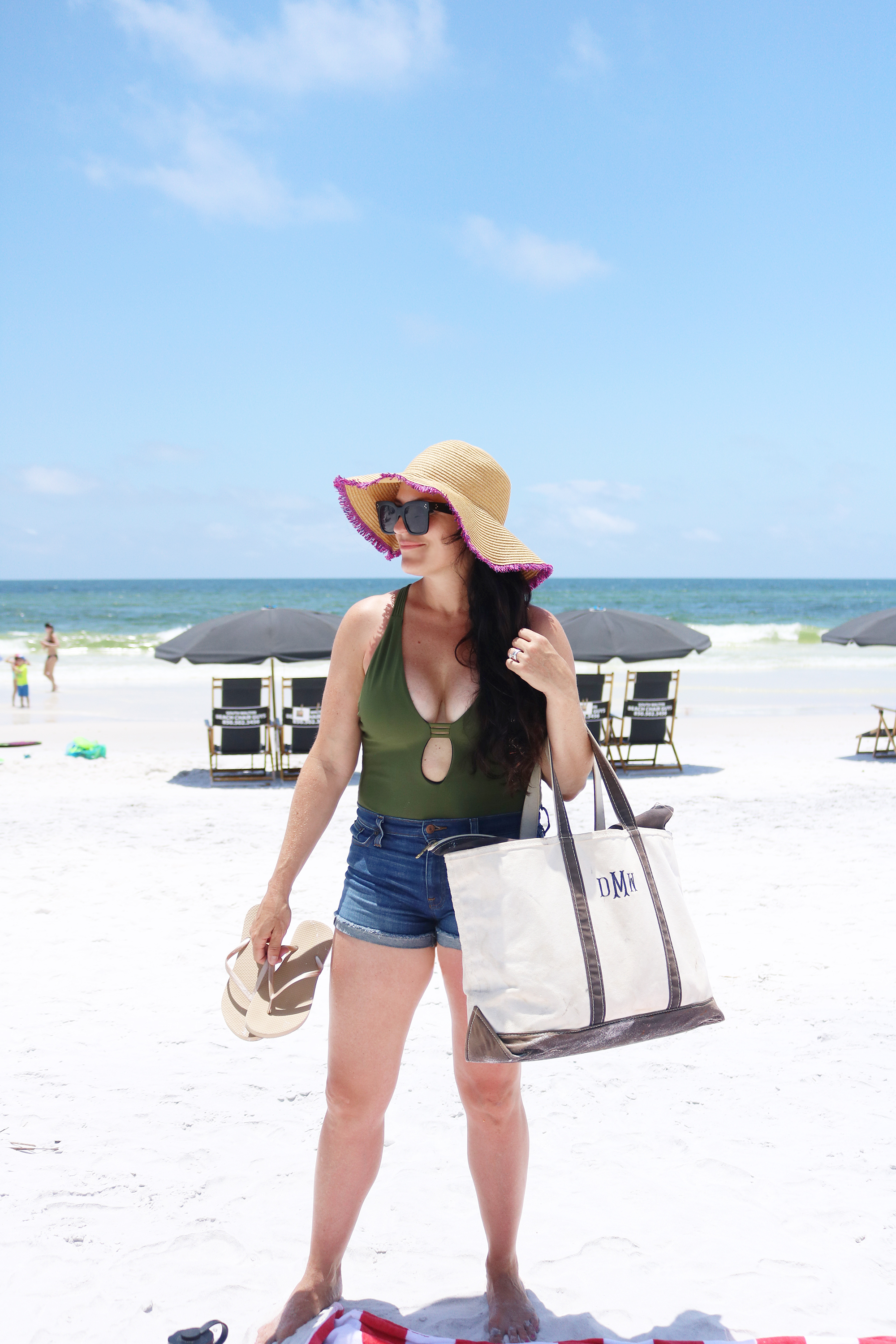 10 Beach Bag Essentials || Darling Darleen #beachbagessentials #beachbag #darlingdarleen #darleenmeier