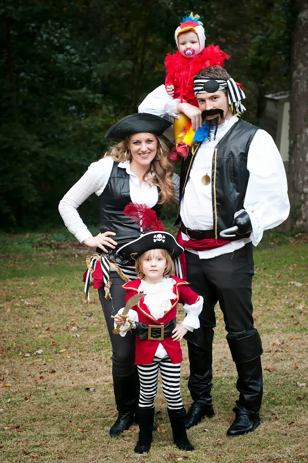 Best Halloween Costumes for Family and Kids, Pirate family theme costume with parrot baby costume, Best Homemade Costumes || Darling Darleen