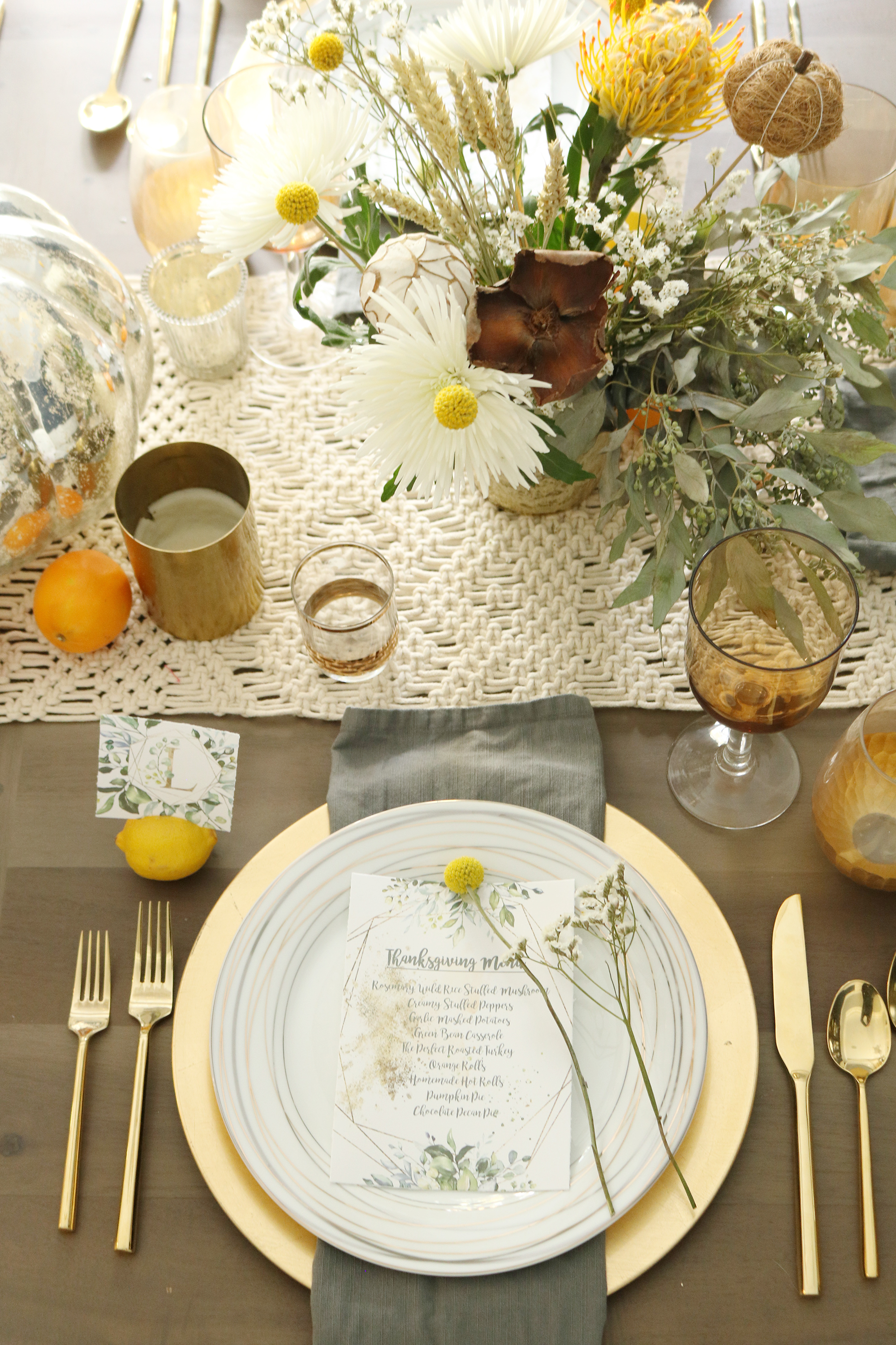 The perfect chic thanksgiving table and FREE menu and placement card printables.  This table is natural setting with elegant touches || Darling Darleen #darlingdarleen #thanksgiving #thanksgivingtable