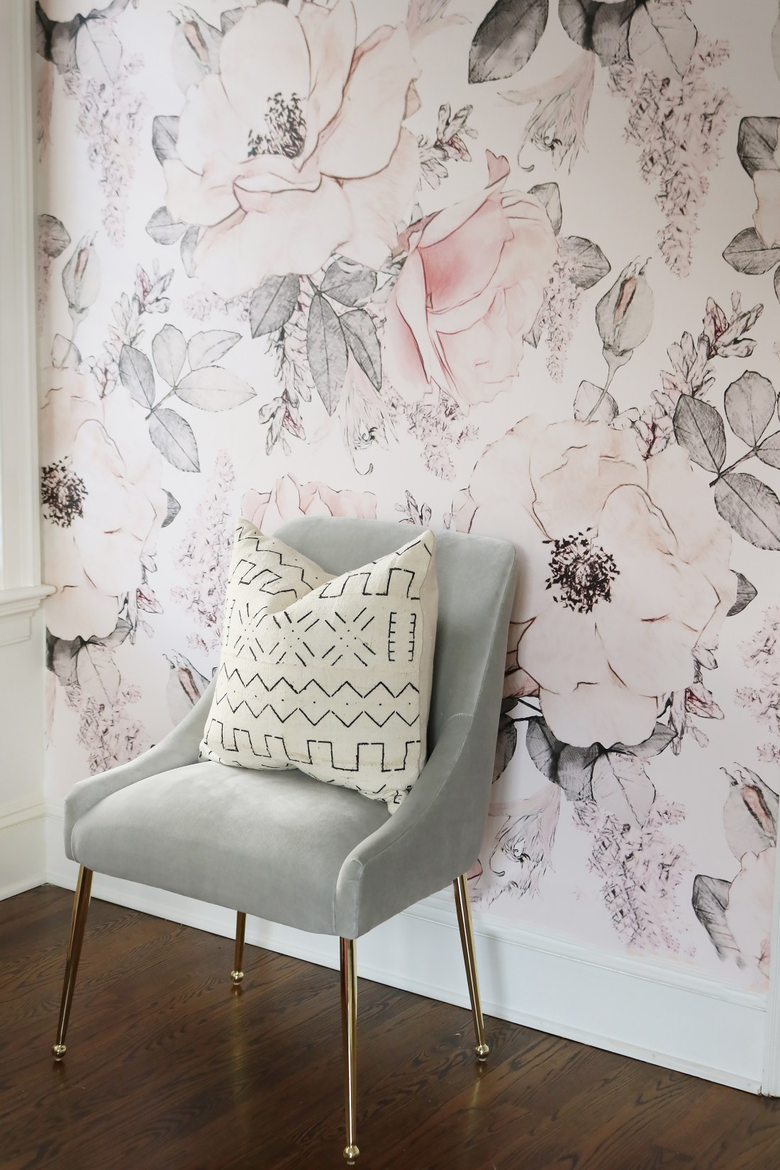 Traditional wallpaper vs. removable wallpaper and comparing the pros and cons of the two!  We are giving the our honest opinion and a few tips when using regular wallpaper or peel and stick wallpaper. || Darling Darleen Top Lifestyle CT Blogger #darlingdarleen #darleenmeier