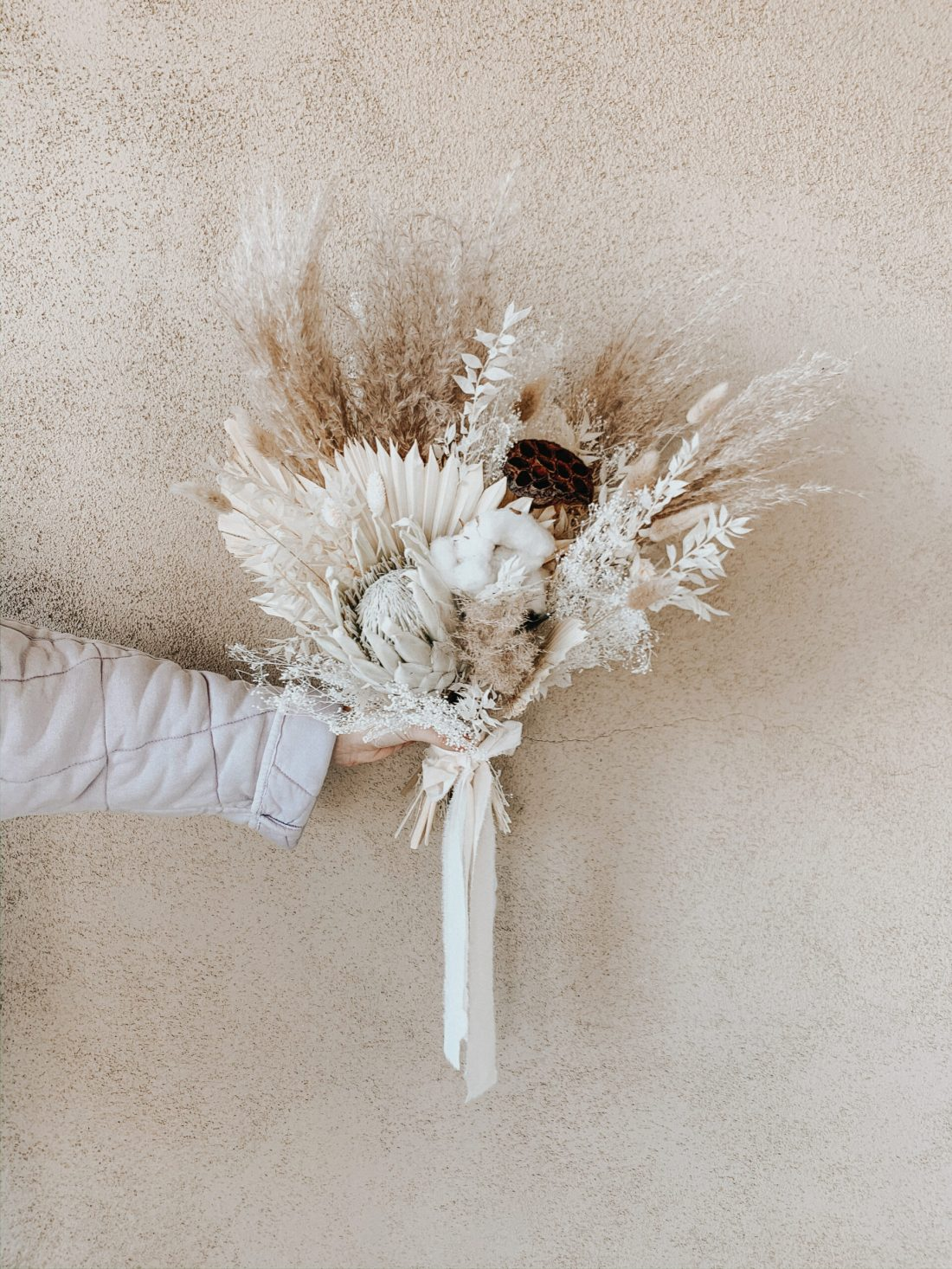 Where to find flowers for dried flower arrangements and the best flowers to choose. Pampas grass, bunny tail and protea flower arrangements || Darling Darleen Top Lifestyle Connecticut Blogger #driedflowerarrangments