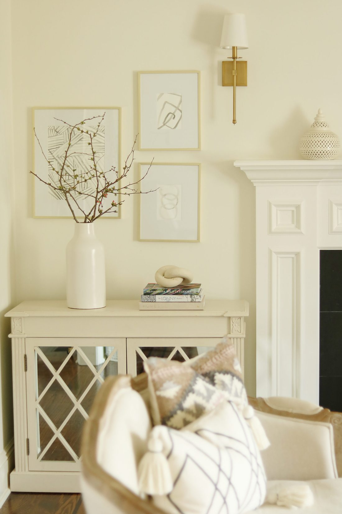 Indoor Styling with Spring Flowers with indoor pots the spring flowers, potted tulips, bring spring flowers indoors, flowering branches in vases || Darling Darleen Top Lifestyle CT Bloggers #springflowers #pottedflowers