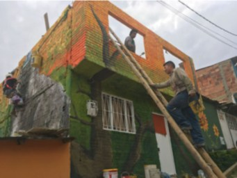 Jelber, Ricardo and Alejandro climbing up to paint. Photo: Adelaida Tamayo