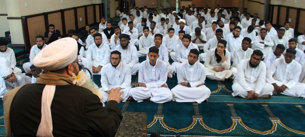Al-Sheikh Al-Sayyid Afeefuddin Al-Jailani addressed the enthusiastic students of the Institute.