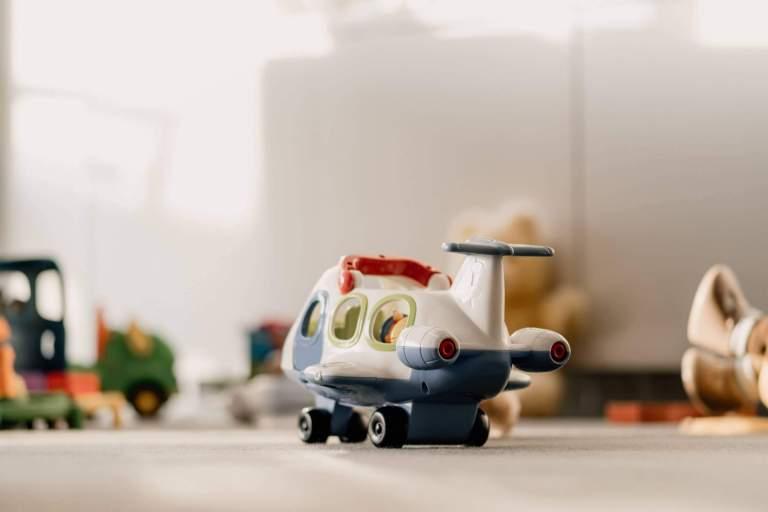 Voyager en avion avec un enfant : comment l'occuper ?