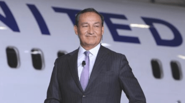 United CEO Oscar Munoz gives up his first class seat for a nervous, elderly passenger and sits in coach.