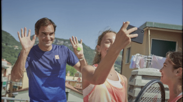 Roger Federer surprises two tennis loving girls in Italy.