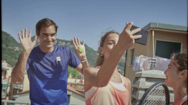 Roger Federer surprises two tennis loving girls in Italy.