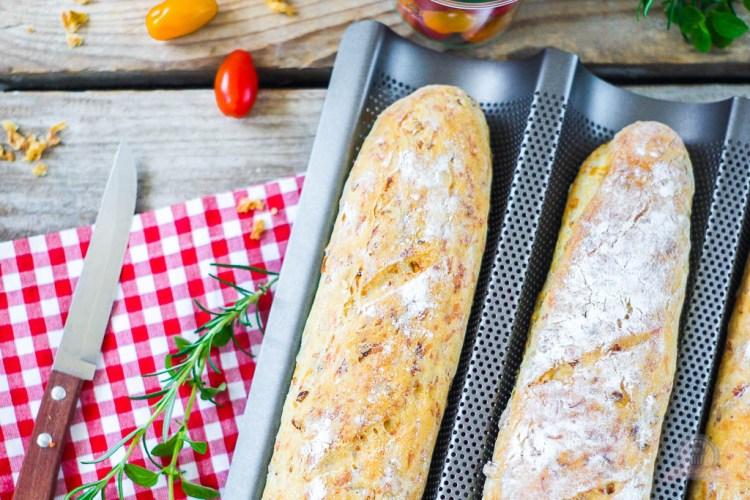 Deftiges Baguette – mit Röstzwiebeln, Käse und Schinkenwürfel, ein Renner auf Grillpartys…