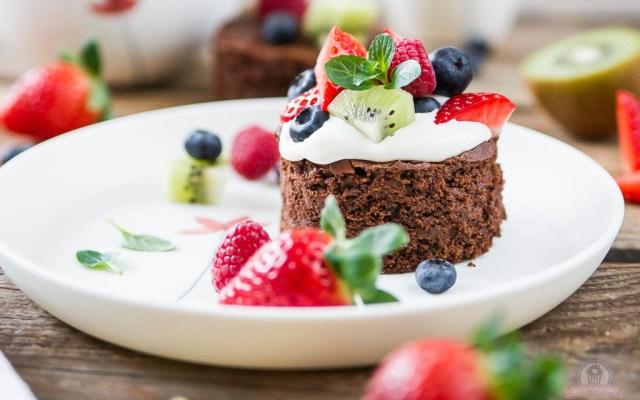 Tutti Frutti Brownie Cakes – süßes Früchtchen küsst saftigen Schokokuchen… [Werbung]