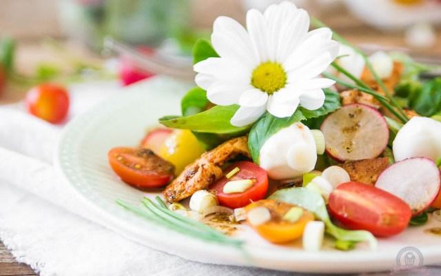 Frühlingssalat mit Hähnchenstreifen – perfektes Mittagessen to go…