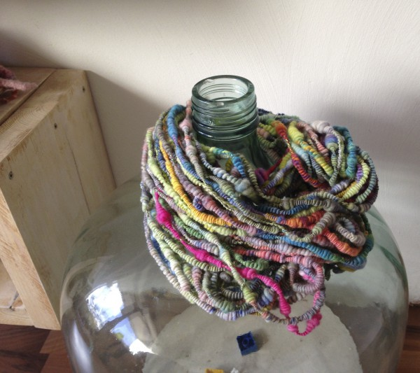 Spiralwolle, handgefärbt, gesponnen