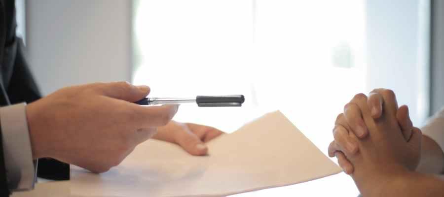 Kırpma işadamı kadına sözleşme vererek imzalamak