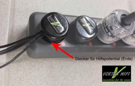 Vortex HiFi Dual Coax Lautsprecherkabel. Stecker mit Ableitungen für Hilfspotential (roter Pfeil).